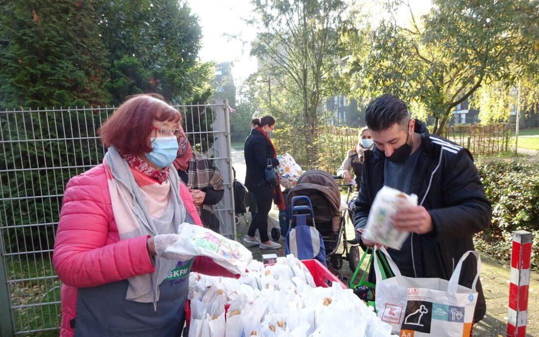 """Kita Don Bosco überraschte die Kunden der """"Tafel"""" des SKFM mit selbstgebackenen Weckmännern"""